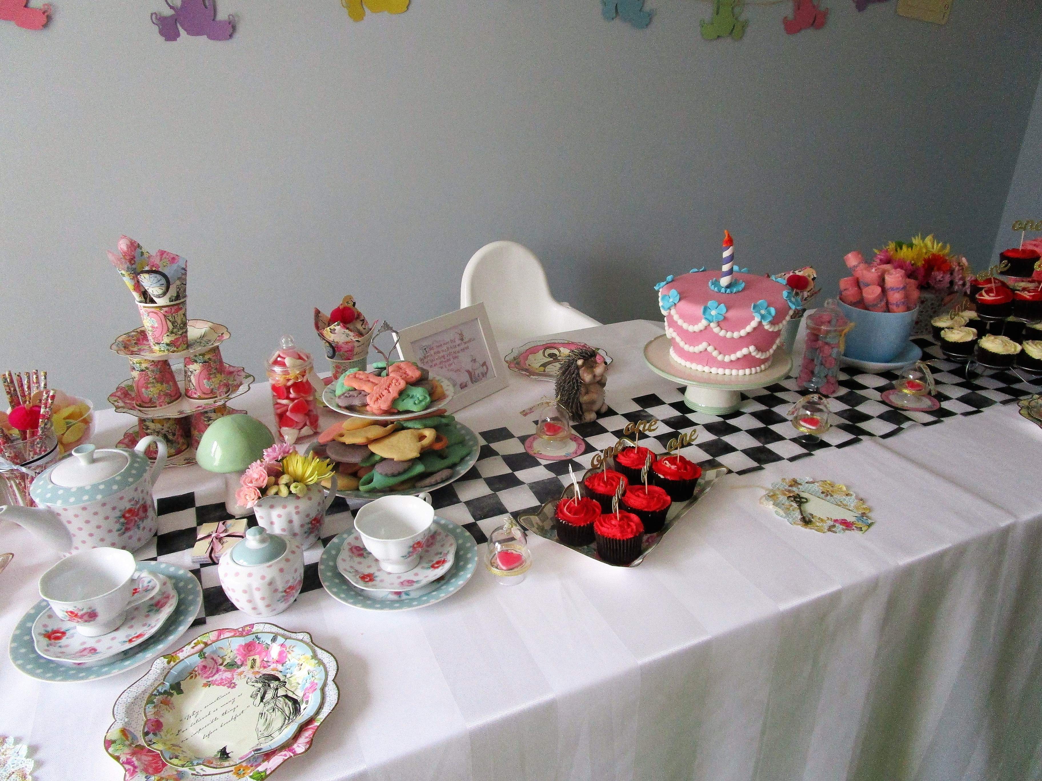 Table Decorations: Table Decorations For Alice In Wonderland Party
